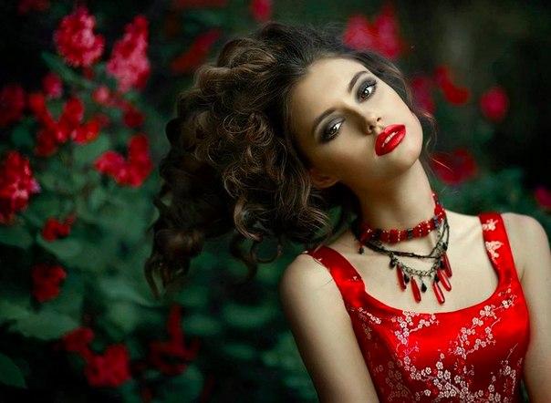 макияж под красное платье для брюнеток на фото 8