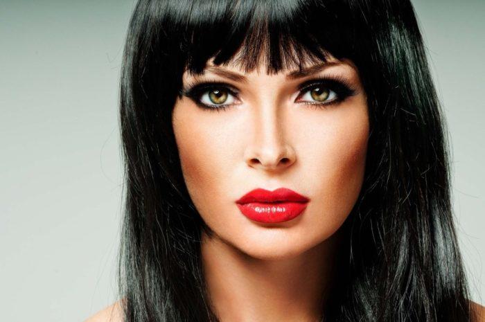 макияж под красное платье для брюнеток на фото