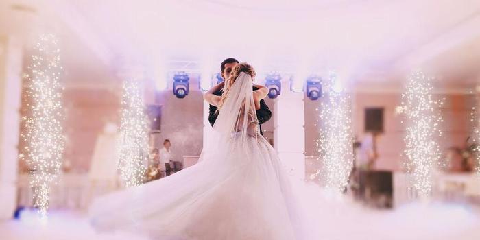костюм жениха и свадебное платье невесты